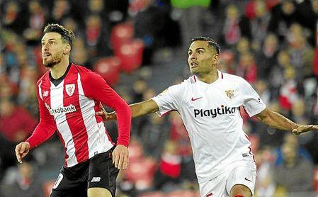 Aduriz y Mercado, en un lance del partido.