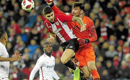 Juan Soriano despeja de puños uno de los muchos centro del Athletic.