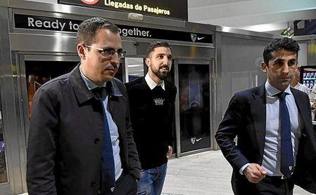 Dabbur, quien viaja de vuelta hacia Austria, a su llegada a Sevilla.