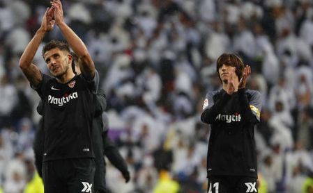 Bryan Gil saluda a la afición sevillista junto a Daniel Carriço.