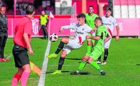 Curro partirá en el once inicial del Sevilla Atlético, que necesita imponerse hoy a El Ejido 2012