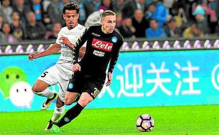 Marko Rog conduce el balón con las elástica del Nápoles.