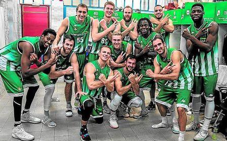 El conjunto bético celebró en el vestuario su decimoséptima victoria consecutiva, lograda ante el único equipo al que aún no habían ganado.
