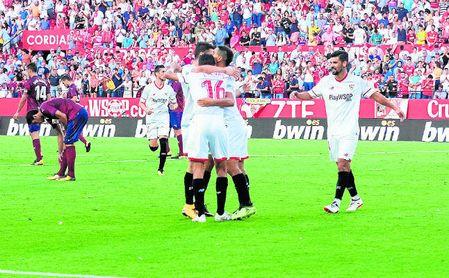 El Sevilla celebra uno de los tres goles que le hizo la pasada temporada al Eibar en su visita al Ramón Sánchez-Pizjuán.