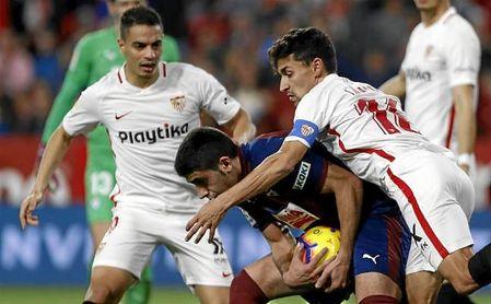 Jesús Navas y Ben Yedder intentan coger el balón tras marcar el Sevilla el 1-2.