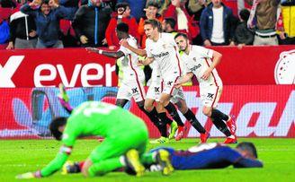 Los sevillistas celebran el segundo gol mientras corren hacia la medular ante la desolación de los jugadores armeros.