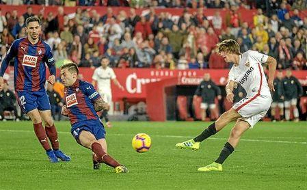 Peña tapona un disparo de Bryan en el Sevilla-Eibar.