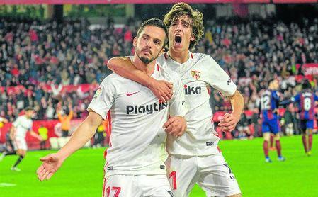 Pablo Sarabia celebra junto a Bryan Gil el gol que puso el empate ante el Eibar en la prolongación.