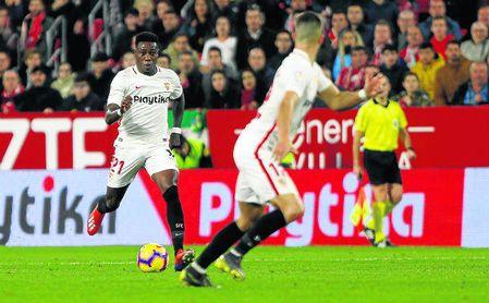 El cambio a la banda izquierda de Promes dio más profundidad al Sevilla contra el Eibar.