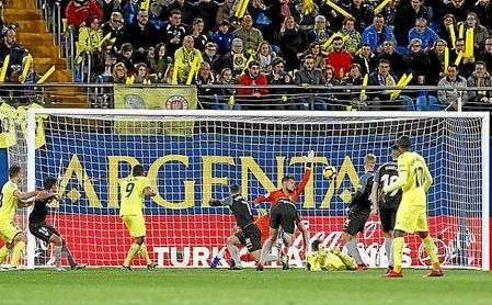 Álvaro marca con un cabezazo tras un fallo grave de la defensa sevillista.