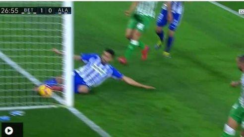 Imagen de la acción en la que Maripán saca el balón de su portería.