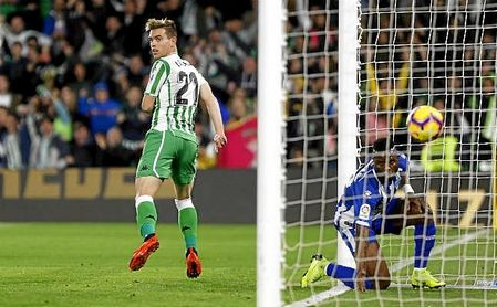 Lo Celso mira al juez de línea tras marcar su gol ante el Alavés.
