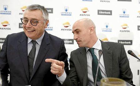 Luis Rubiales junto a Michael Robinson en los Desayunos Deportivos de Europa Press