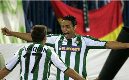 Ricardo Oliveira con Joaquín Sánchez tras marcas un gol para el Betis.