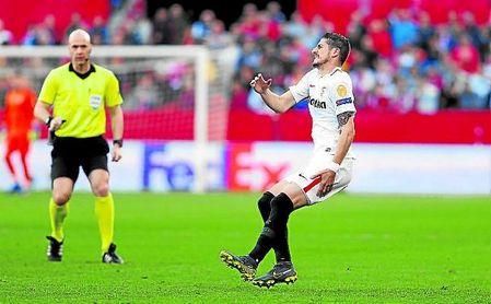 Escudero, que se lesionó frente a la Lazio en Nervión, goza de la titularidad en el costado zurdo.