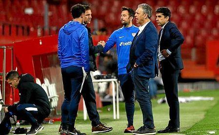 Caparrós, Machena y Gallardo se quedaron en el césped al terminar el partido.