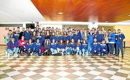 El rector de la UPO con los alumnos que viajarán a Granada para disputar las fases finales de los CAU.