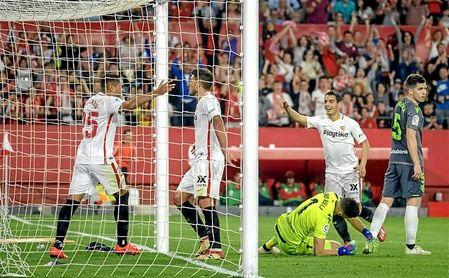 Carriço celebra el gol de Ben Yedder junto a Mercado.