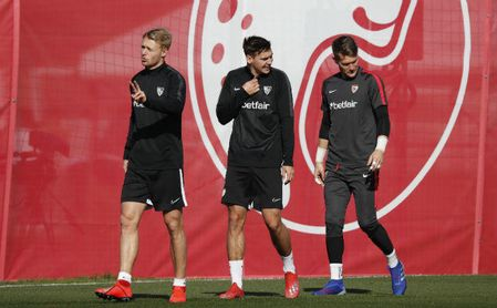 Max Wober, Simon Kjær y Vaclik en un entrenamiento con el Sevilla
