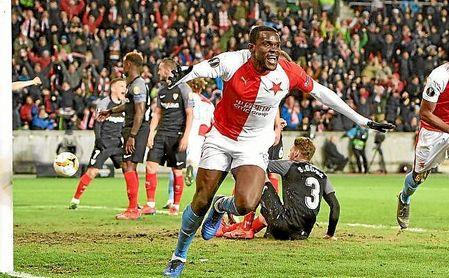 Ngadeu celebra el primer gol del partido en el Eden Arena.