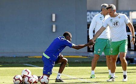 Marcos Álvarez tiende su mano a Emerson durante un entrenamiento reciente.