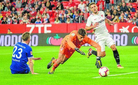 Lucho fue titular ante el Schalke y disputó la primera parte entera; la segunda fue para Javi Díaz, con el que compite por la titularidad en el Sevilla Atlético.