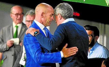 Jémez y Setién se saludan en el Betis-Las Palmas del año pasado.