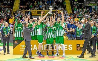 La plantilla del Betis recogió el trofeo de campeón de la LEB Oro tras finalizar el partido.