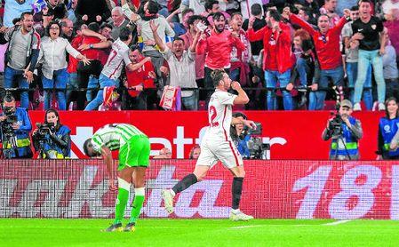 El 'Mudo' celebra su gol en el derbi ante la frustración del bético Junior y el éxtasis en la grada.