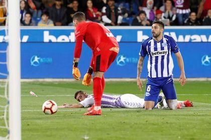 2-1. Dos errores de Yoel dan ventaja al Alavés ante el Valladolid al descanso