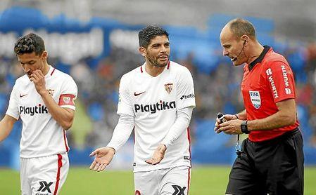 Éver Banega pide explicaciones a Mateu Lahoz en el Coliseum.