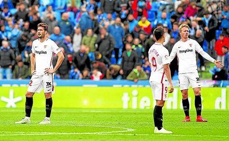 Los futbolistas del Sevilla se lamentan tras uno de los goles del Getafe el pasado domingo.
