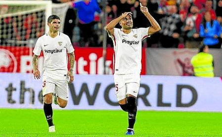 Gabriel Mercado celebra un gol con la camiseta del Sevilla