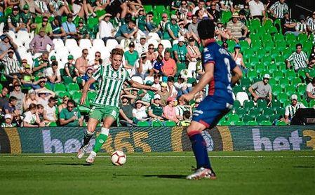 Francis conduce el balón en un lance del partido ante el Huesca.