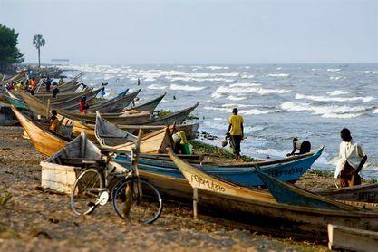 Suben a 16 los futbolistas e hinchas muertos al naufragar un barco en Uganda