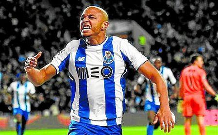 Brahimi celebra un gol con la elástica del Oporto.