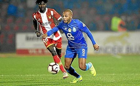 Brahimi conduce el balón en un partido con el Oporto en la Liga NOS.
