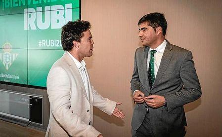 Rubi conversa con Haro durante su presentación con el Betis.