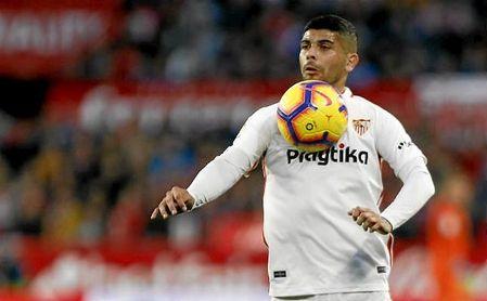 Banega controla el balón con el pecho en un partido con el Sevilla.