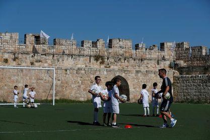 El escudo del Real Madrid se cuela en las murallas de la vieja Jerusalén