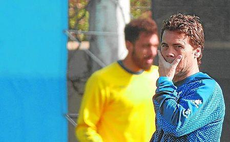 Borja Iglesias, en segundo plano, cerca de Rubi en un entrenamiento del Espanyol durante la 18/19.
