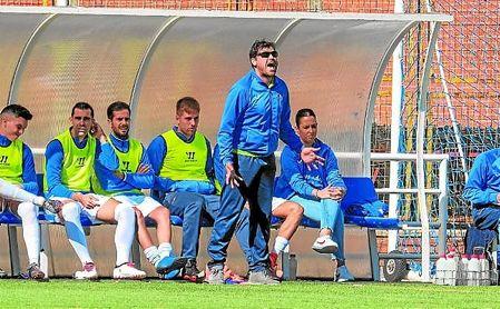 José Antonio Lara se dirige de forma enérgica a sus jugadores durante un encuentro.