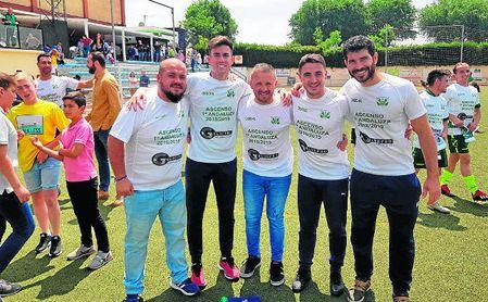 Domingo Caro, con su equipo técnico con el que ha logrado el ascenso a Primera Andaluza.