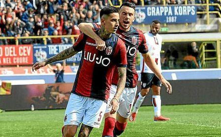 Pulgar celebra un gol con la elástica del Bolonia.