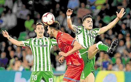 Borja pelea con Bartra y Guardado.