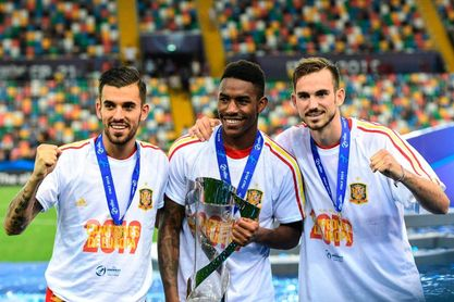 Dani Ceballos, Junior Firpo y Fabián Ruiz, tres jugadores de la cantera verdiblanca, celebran el reciente campeonato de Europa 2019.