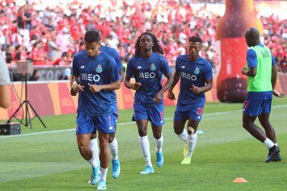 Los jugadores del Oporto, calentando sobre el Estádio da Luz.
