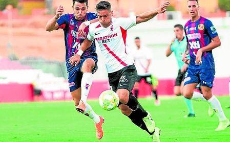 El Sevilla no pudo superar el tramado defensivo que puso el Yeclano.