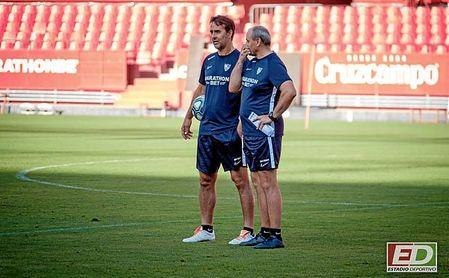 Lopetegui y Peinado conversan, en una imagen habitual de los entrenamientos del Sevilla.