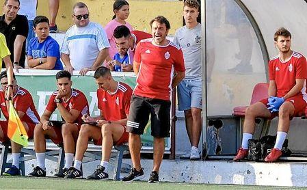 Galván, entrenador del Utrera, se dirige a sus jugadores en un lance ante el Córdoba B.